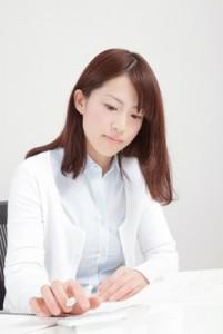 勉強する女性イメージ