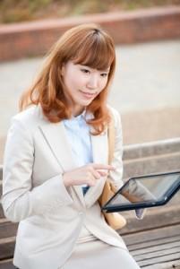求人サイトを活用する女性イメージ