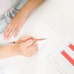 履歴書を作る女性イメージ